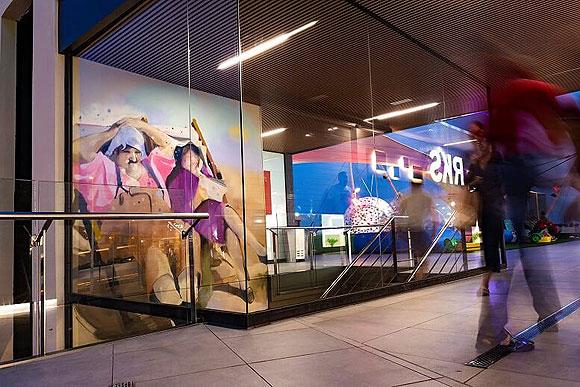 Un mural de más de 8 metros de altura, obra de Ione Domínguez, aterriza en Puerto del Carmen. // CanariasCreativa.com