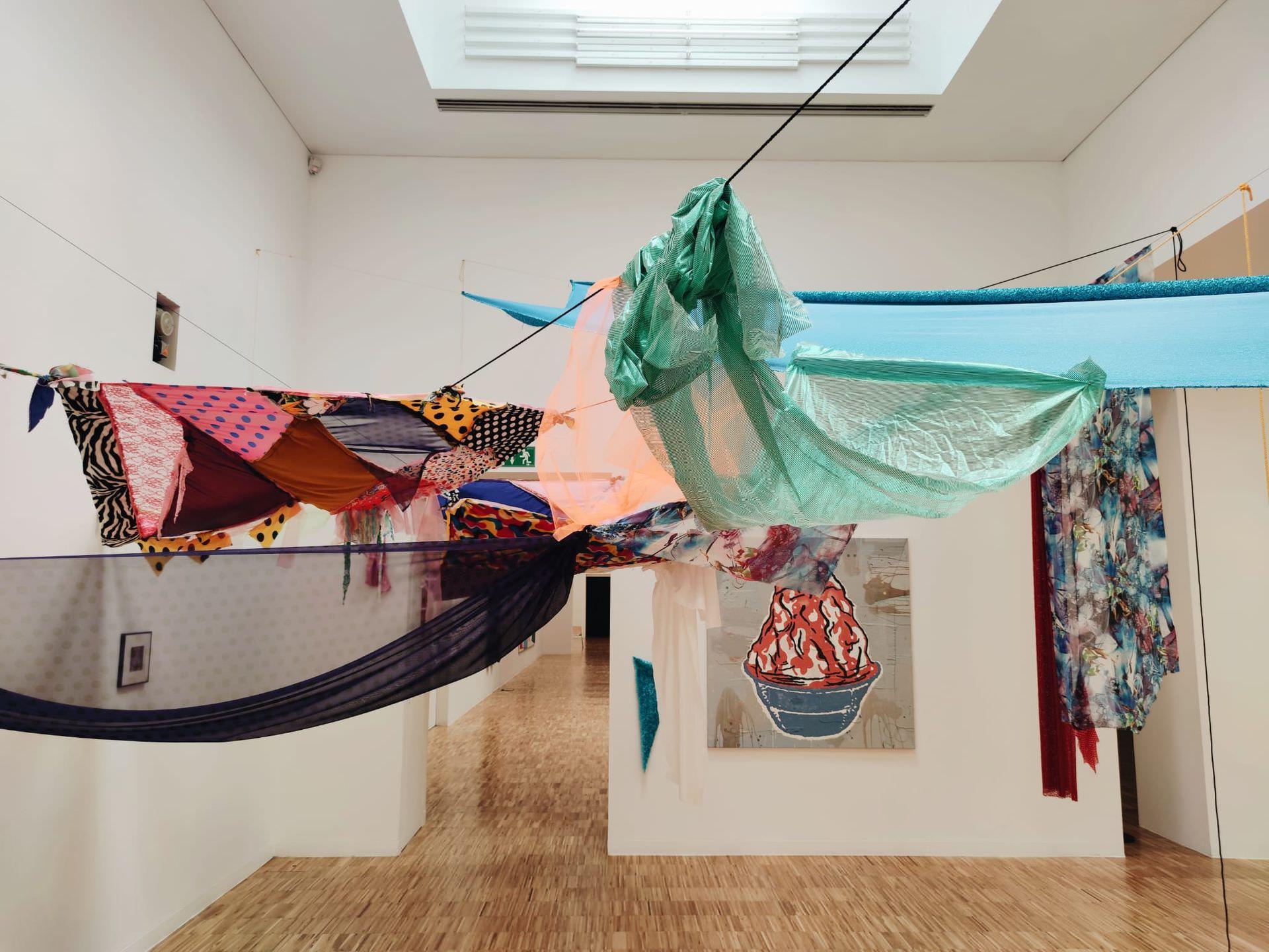 La artista Juana Fortuny y su instalación inédita «Tengo una amiga que» inician la temporada expositiva en BIBLI.